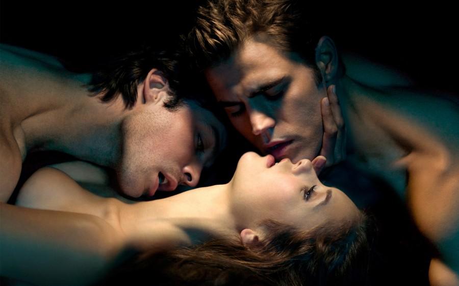 Дневники вампира (Стефан и Деймон целуют Елену)