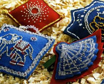 бисер белого, красного, вишневого, серебристого и золотистого цветов.  Елочные игрушки из фетра.